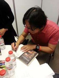 Kengo Hanazawa firmando mi tomo de I am a Hero.